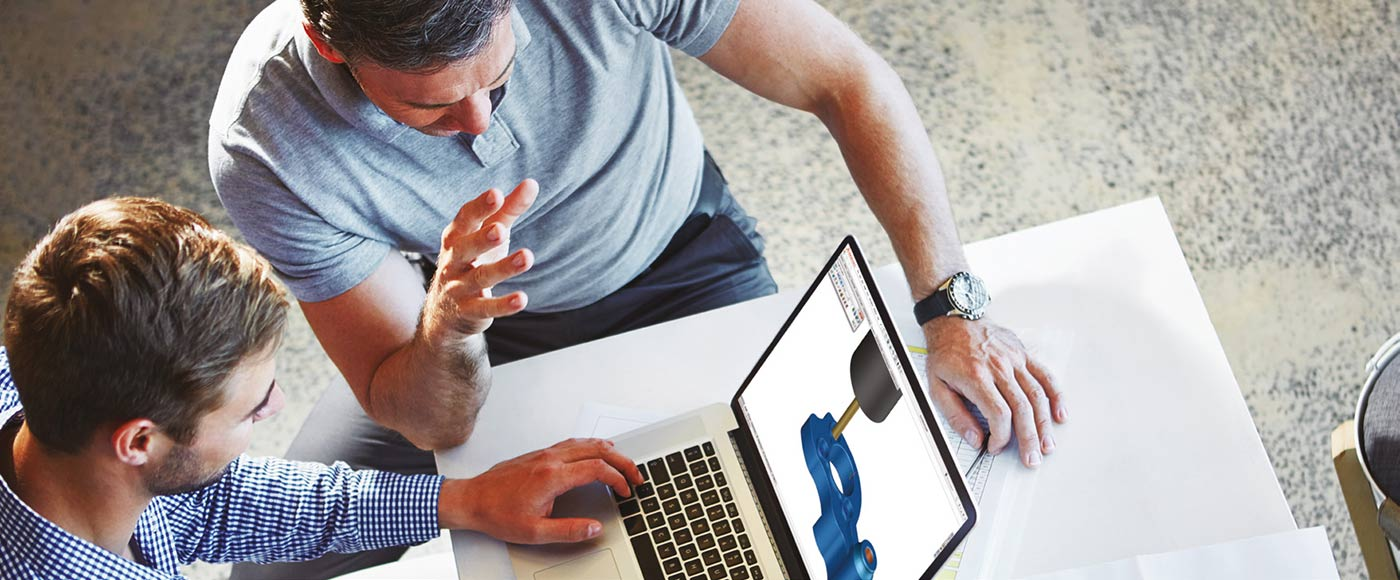 Zwei Männer mit SolidCAM auf dem Laptop im Büro