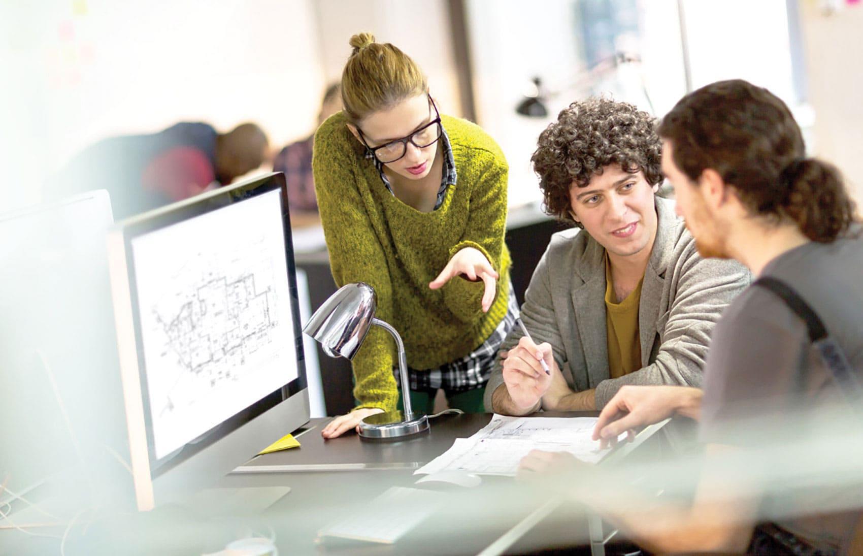 Junge Menschen mit SOLIDWORKS Bildschirm