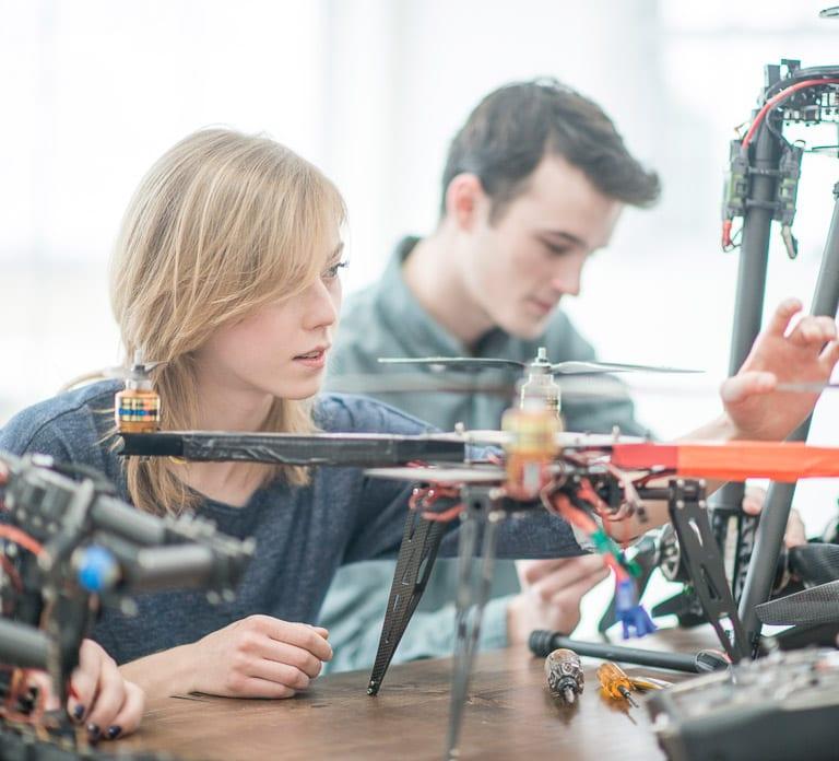 Eine Gruppe von Studenten arbeitet an einer Drohne