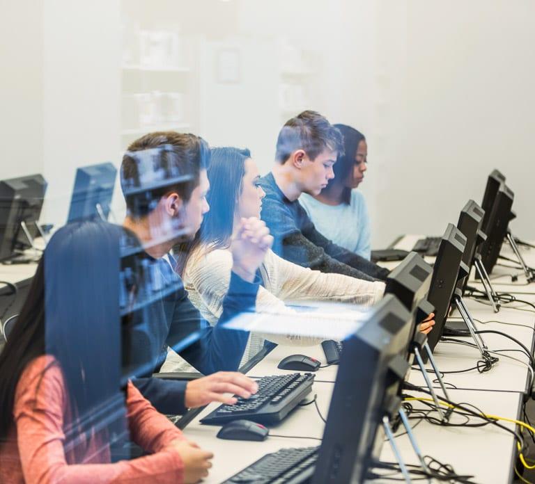 Studenten an der Uni im Computerraum mit SOLIDWORKS