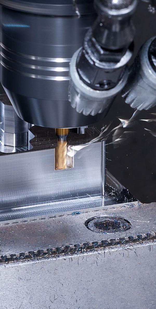 CNC Maschine mit SolidCAM Software beim Fräsen