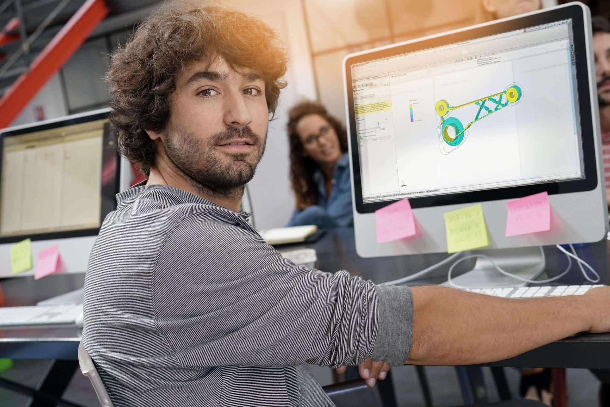 Mann vor Bildschirm mit SOLIDWORKS Desktop