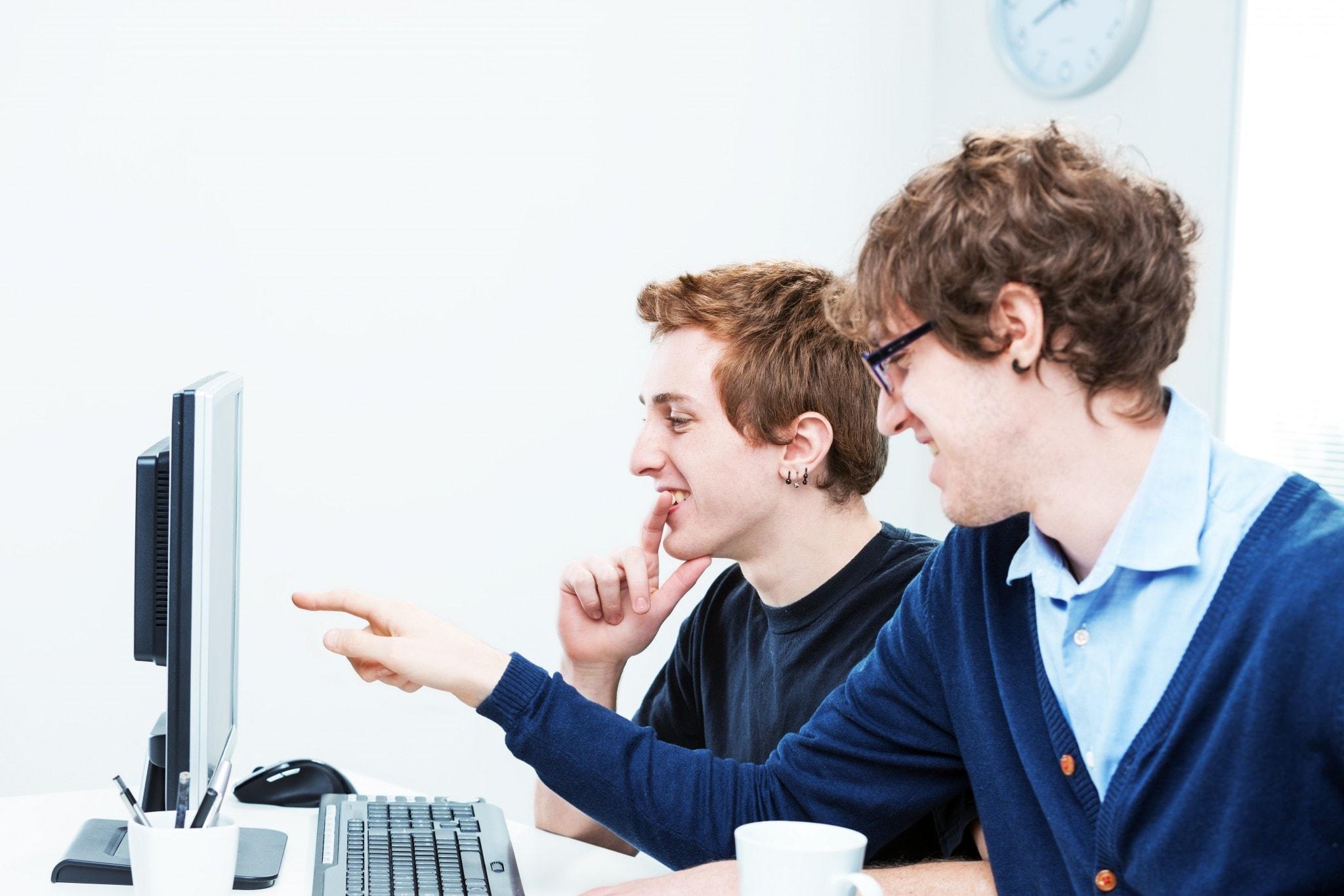 Zwei Männer vor Bildschirm mit SOLIDWORKS im Büro