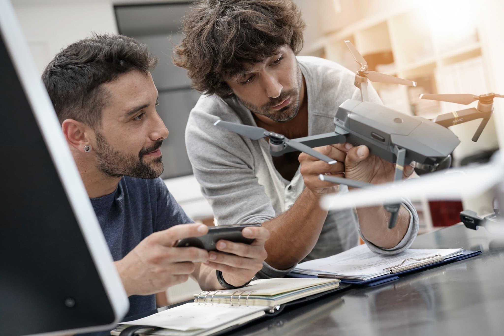 Ingenieur und Techniker arbeiten im Büro an einer Drohne