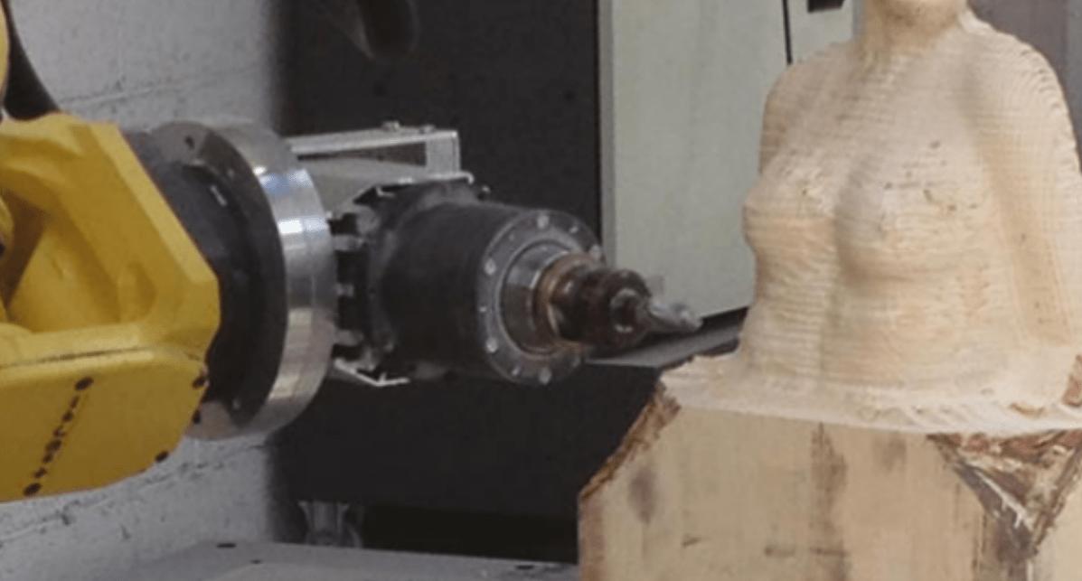 CNC Maschine beim Fräsen einer Skulptur