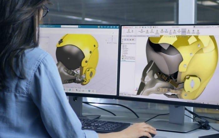 Frau im blauen Hemd vor Bildschirmen mit 3D Sculptor Anwendung