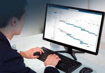 Mann vor Bildschirm Lebenszyklus Management