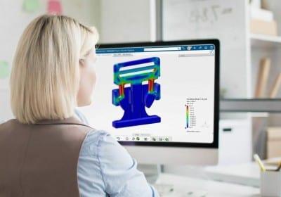 Frau vor Bildschirm Simulation Solidworks