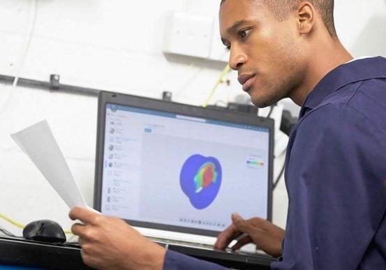 Konstrukteur vor Bildschirm Solidworks Simulation