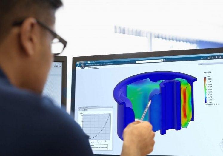 Mann vor Bildschirm mit Structural Designer