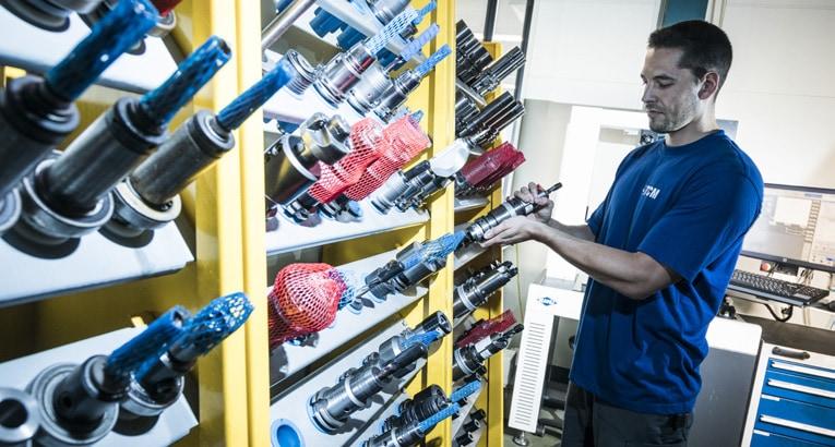 Mann in der Werkzeugverwaltung