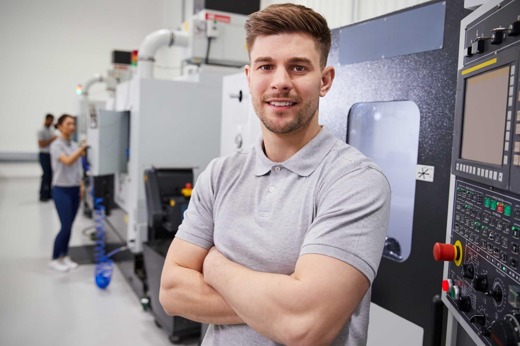 CNC Maschinenraum mit jungem Mann