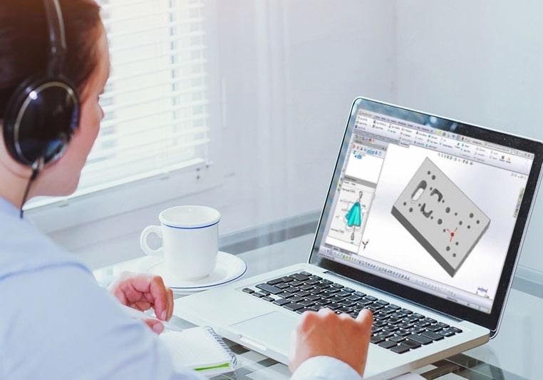 Frau mit Tasse vor Laptop mit SOLIDWORKS Desktop