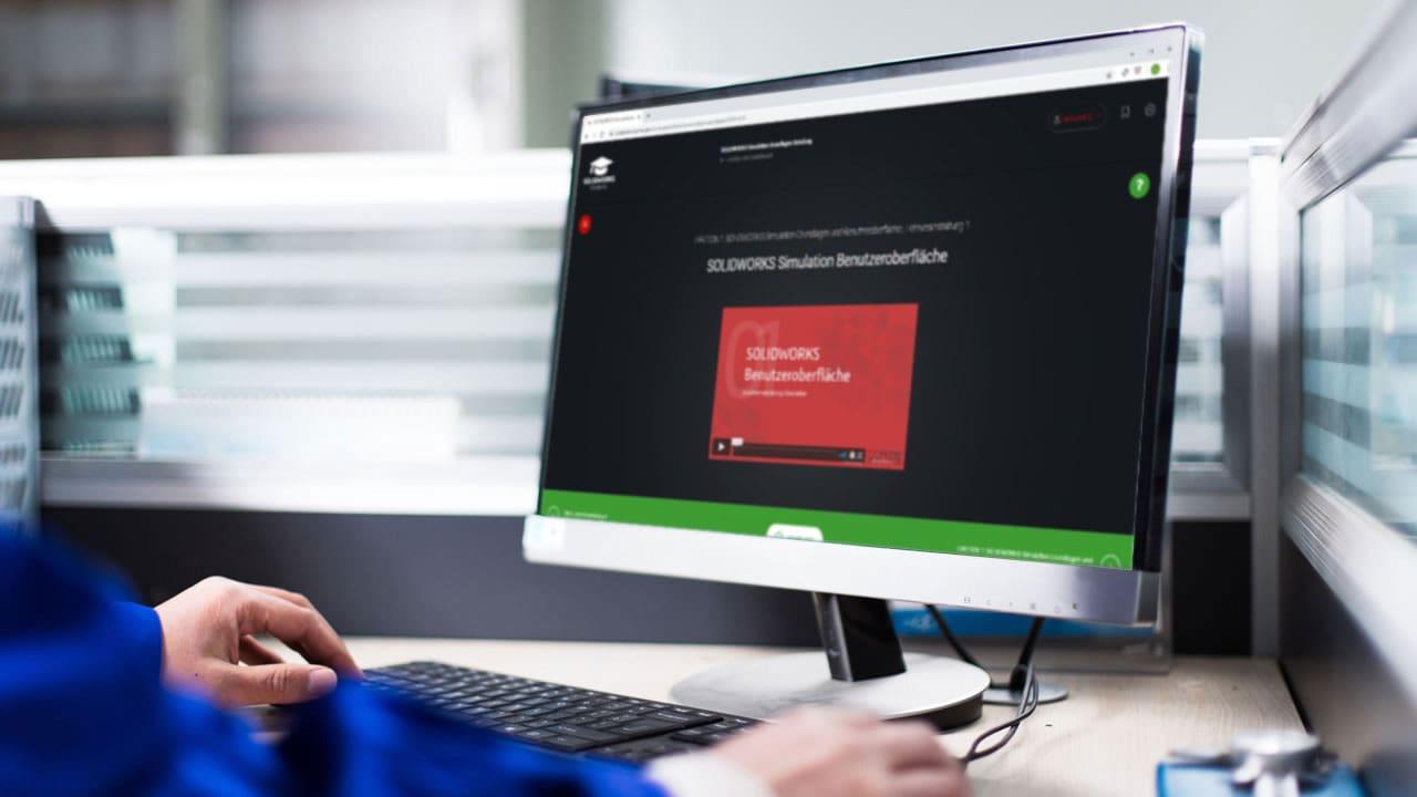 Mann vor Bildschirm mit Solidworks Online Schulung