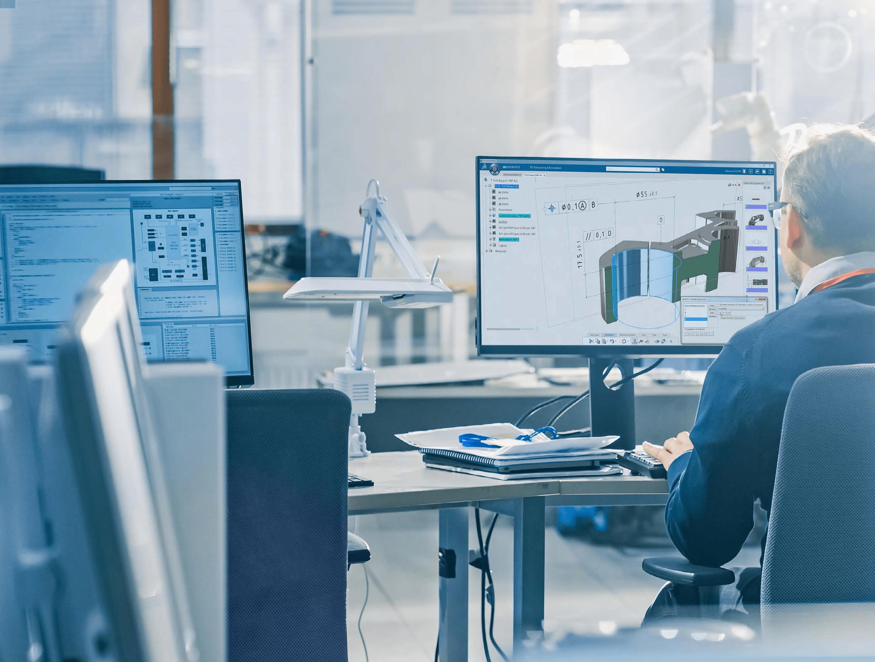 Konstrukteur im Büro mit 3DEXPERIENCE Plattform